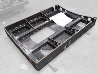 Welded metallic structure for glass conveyor line